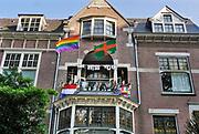 Nederland, Nijmegen, 19-7-2020 Voor het eerst sinds de oorlog wordt er geen 4 daagse gehouden dit jaar . Alleen in 2006 werd deze na een dag afgelast vanwege de hitte . Nu is de afgelasting het gevolg van de coronadreiging . De stichting vierdaagsefeesten brengt toch een feestelijk tintje in de stad aan door boven de winkelstraten vierdaagsevlaggetjes te hangen. Ook de terrassen krijgen deze linten zodat ze hun terrasje kunnen opvrolijken. Dit studentenhuis heeft traditioneel een rijk versierd balkon tijdens de vierdaagfse . Daar wijken ze nu niet van af . De vierdaagsefeesten zijn het grootste meerdaagse festival van het land . Foto: ANP/ Hollandse Hoogte/ Flip Franssen