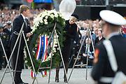 Op de Dam in Amsterdam is met twee minuten stilte om klokslag 20.00 uur de oorlogsslachtoffers herdacht die sinds het begin van de Tweede Wereldoorlog zijn omgekomen.<br /> <br /> On the Dam in Amsterdam are war victims remembered who died since the beginning of World War II  with two minutes of silence at the stroke of 20:00 <br /> <br /> OP de foto / On the photo:  Koning Willem Alexander en Koningin Maxima //// King Willem Alexander and Queen Maxima