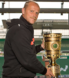 05.05.2010, Weser Stadion, Bremen, GER, Interview Thomas Schaaf (Trainer / Coach Werder Bremen), er praesentiert den Pokal im Stadtion. Foto © nph / Arend / SPORTIDA PHOTO AGENCY