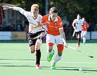 BLOEMENDAAL - HOCKEY - Yannick van der Drift (Bl'daal) met Joep de Mol (Oranje-Rood)   tijdens de competitie hoofdklasse hockeywedstrijd Bloemendaal -ORANJE-ROOD (4-1)  COPYRIGHT KOEN SUYK