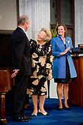 Prinses Beatrix heeft in het Koninklijk Paleis in Amsterdam 3 Zilveren Anjers uitgereikt. Dat is de prijs die prins Bernhard in 1950 in het leven riep als eerbetoon voor mensen die zich 'vrijwillig en onbetaald' inzetten voor cultuur of natuurbehoud. <br /> <br /> Princess Beatrix has awarded three Silver Carnations in the Royal Palace in Amsterdam. This is the price that Prince Bernhard in 1950 established it as a tribute to people who 'voluntarily and unpaid' work for culture or nature.<br /> <br /> op de foto / On the Photo:  Prinses Beatrix reikt aan Jos de Pont de Zilveren Anjer uit // Princess Beatrix awarded to  Jos de Pont  the  Silver Carnation