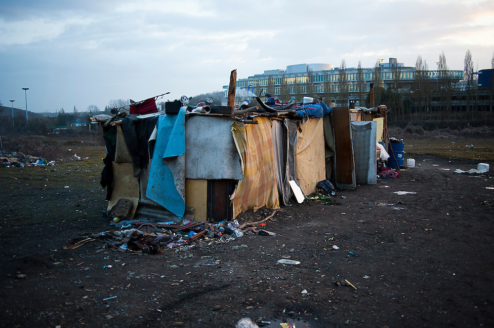 archief/illustatie<br /> <br /> Slum in Clamart, 8 km from Paris. Huts made of materials such as wood, cardboard, and carpets. Roma flee the racism and poverty in their homelands and prefer the extreme conditions in French slums. Clamart, 10 March 2009.