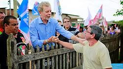 O candidato à reeleição pelo PDT em Porto Alegre, José Fortunati, durante caminhada na vila Asa Branca. FOTO: Jefferson Bernardes/Preview.com