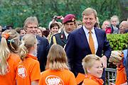 """Koning Willem Alexander opent Koningsspelen in Ens van de drie basisscholen Het Lichtschip, De Horizon en De Regenboog in Ens. Het gaat om een dag vol bewegen voor kinderen, die wordt voorafgegaan door een feestelijk Koningsontbijt.<br /> <br /> King Willem Alexander opens the """" King Games"""" in the town Ens. It is a day of exercise for children, which is preceded by a festive King Breakfast.<br /> <br /> Op de foto / On the photo:  Aankomst van de Koning / Arrival of the King"""
