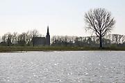 Nederland, Batenburg, 5-4-2020 Aan de Liendense waard. Hier is afgelkopen jaren een waterberging aangelegd die ook een nieuw natuurgebied en wandelgebied heeft opgeleverd . Het is een natuurontwikkelingsgebied in de uiterwaarden van de Maas tussen Batenburg en Niftrik. Het gebied is ontwikkeld door Rijkswaterstaat in het kader van het project Ruimte voor de Rivier. Een oude Maasarm die bij de kanalisatie van de Maas was dichtgegooid werd opnieuw uitgediept en er werden enkele nieuwe poelen uitgegraven. Het hele terrein tot aan de dijk doet nu dienst als overloopgebied. De natuur die zich hier ontwikkelt, is te beschrijven als een combinatie van ruig grasland, dat wordt begraasd door een oud runderras, en ooibos van voornamelijk wilgen en elzen. Een deel van het gebied is plasdrasterrein dat veel steltlopers en weidevogels aantrekt. Het gebied wordt beheerd door Geldersch Landschap en Kastelen. Bakenbomen langs de rivier de Maas gaan verdwijnen door het uitsterfbeleid van Rijkswaterstaat. Bij hoog water waren de bomen een hulpmiddel voor navigatie, een baken voor de schippers . Deze bakenbomen zijn karakteristiek voor het landschap langs de rivier de Maas . Op veel plaatsen langs de meanderende maas zijn nevengeulen aangelegd om het water meer ruimte tegeven . Staatsbosbeheer en rijkswaterstaat leggen natuurgebieden aan in de uiterwaarden van de grote rivieren . Natuurontwikkeling in de uiterwaarden en rivierverruimende projecten voor een betere afvoer van het water . Foto: Flip FranssenFoto: Flip Franssen
