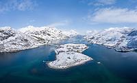 Luftfoto med Øksfjorden foran, Vesterstraumen til venstre, Austerstraumen til høyre, Husjordøya i midten og Innerfjorden bak.