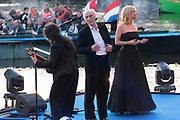Bevrijdingsconcert 2015 op de Amstel in Amsterdam in aanwezigheid van de koninklijke Familie<br /> <br /> Freedomconcert 2015 on the Amstel River in Amsterdam in the presence of the Royal Family<br /> <br /> Op de foto / On the photo:  Herman van Veen en Claudia de Breij