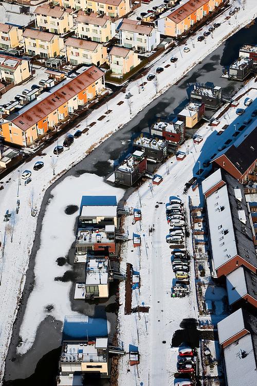 Nederland, Utrecht, Leidsche Rijn, 31-01-2010; drijvende huizen in de wijk Terwijde, vastgevroren in het ijs; de huizen zijn omgeven door reguliere koophuizen, eengezinswoningen;  .floating houses in the neighborhood Terwijde, frozen in the ice; the houses are surrounded by mainstream houses;.luchtfoto (toeslag), aerial photo (additional fee required).foto/photo Siebe Swart