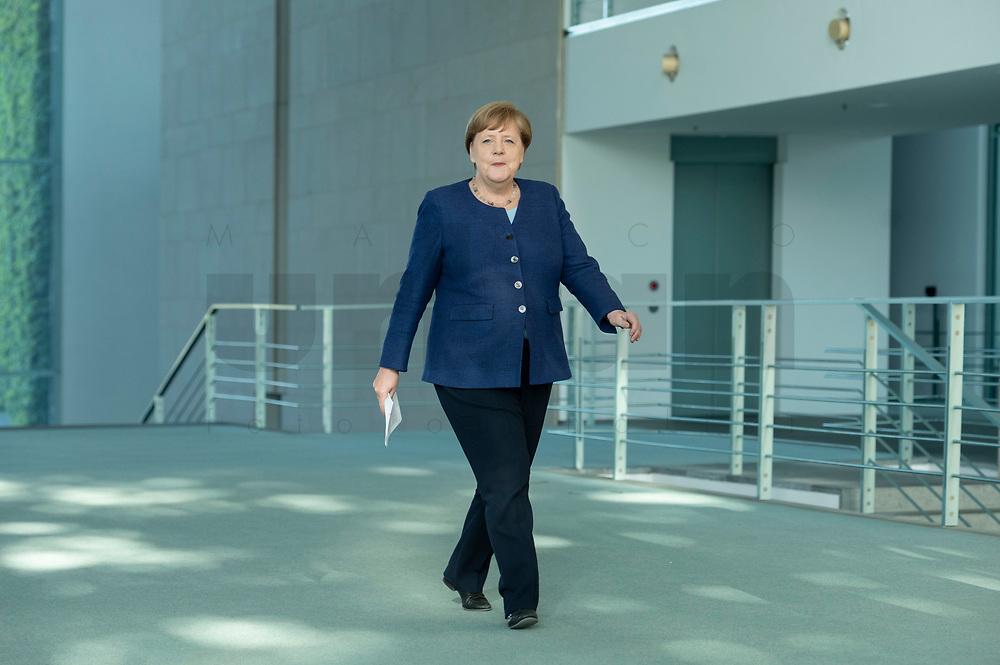 20 MAY 2020, BERLIN/GERMANY:<br /> Angela Merkel, CDU, Budneskanzlerin, auf dem Weg zu einem Pressestatement zur vorangegangenen Videokonferenz mit den mit den Vorsitzenden internationaler Wirtschafts- und <br /> Finanzorganisationen, Bundeskanzleramt<br /> IMAGE: 20200520-01-002<br /> KEYWORDS: Pressekonferenz