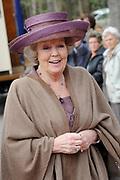 """Koningin Beatrix opent 'Amsterdamse Westerstraat' in Openluchtmuseum in Arnhem. Met deze aanwinst viert het museum het honderdjarig bestaan. ////  Queen Beatrix opens """"Amsterdam Westerstraat 'in Open Air Museum in Arnhem. With this acquisition, the museum celebrates its centenary.<br /> <br /> Op de foto / On the photo:  Koningin Beatrix komt aan / Queen Beatrix Arrives"""
