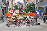 Belgie, Antwerpen, 16-9-2019In het Antwerpse stadscentrum worden in een straat graafwerkzaamheden uitgevoerd . Er staat een klein woud aan verkeersborden, verbodsborden, waarschuwingsborden , om de veiligheid van fietsers en voetgangers te waarborgen .Foto: Flip Franssen