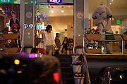 Junge Damen im Hongdae Viertel. Dieses Gebiet vor der Hongik Universität ist vor allem für das Nachtleben bekannt. Hier befinden sich sehr viele Discotheken, Bars und Restaurants.<br /> <br /> Young lady with at the Hongdae quater. Hongdae area is an entertainment area and clubbing district in northwest Seoul, South Korea - close to the Hongik University.