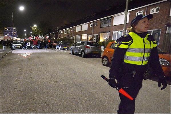 Nederland, Nijmegen, 24-2-2015Stille tocht voor de 21 jarige Mariska Peters. Zij werd zondagochtend dood gevonden in natuurgebied de Hatertse Vennen. Ze is vermoedelijk door een misdrijf om het leven gebracht. Voorop lopen haar ouders in de stoet. Bij het ouderlijk huis werden bloemen gelegd. De tocht eindigde met het oplaten van ballonnen. Politie deed begeleiding.FOTO: FLIP FRANSSEN/ HOLLANDSE HOOGTE