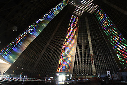 Localizada no coração financeiro da cidade do Rio de Janeiro, faz parte do roteiro cultural. <br /> O projeto da catedral é do arquiteto Edgar de Oliveira da Fonseca, cujo projeto em forma de cone (pirâmide), tem 106 metros de diâmetro na base e 96 metros de altura. Dentro, os vitrais em cores vívidas, estendem-se sobre as paredes nos quatro pontos cardeais, permitindo que a luz do sol se projete em cores variadas, dependendo da hora do dia, criando uma atmosfera mística. O interior foi projetado pelo Padre Paulo Lachen Maier, que também redesenhou a nova sacristia e a pia batismal.<br /> As esculturas adornando o interior da catedral são de Humberto Cozzi. FOTO: Jefferson Bernardes/Preview.com