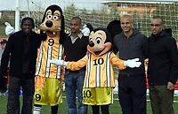Fotball<br /> Manchester United fotballskole<br /> 4. april 2004<br /> Euro Disney - Frankrike<br /> Foto: Digitalsport<br /> Norway Only<br /> Louis Saha, David Bellion, Wes Brown og Mikael Silvestre *** Local Caption *** 40001107