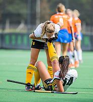 BLOEMENDAAL - Marise Weijschede (Vict) met Veerle Lubbers (Vict). kramp, been, voet,  Hoofdklasse competitie wedstrijd dames, Bloemendaal-Victoria (3-1).  COPYRIGHT KOEN SUYK