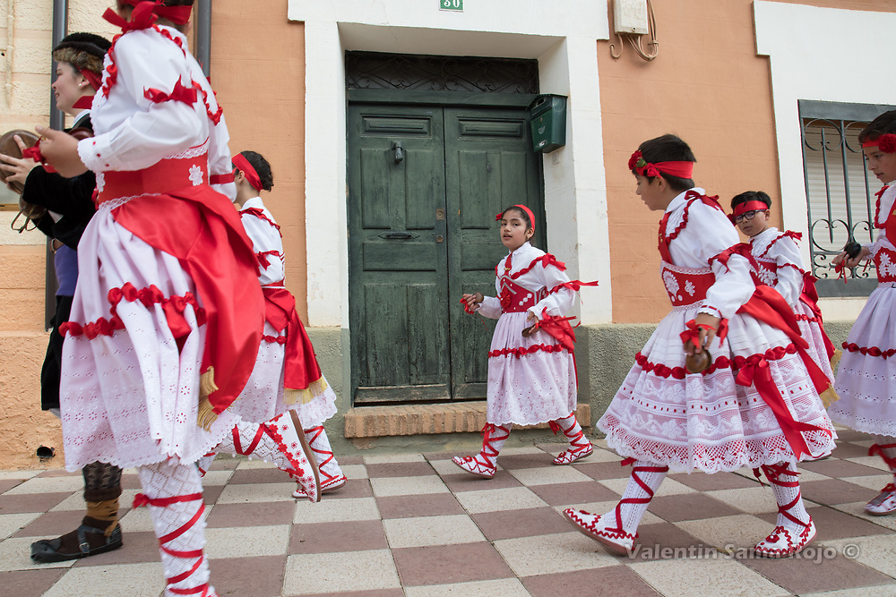 Cetina, Spain. 19th May, 2017. The 'danzantes' lead by the 'Mayoral', dancing at the streets of Cetina during St. Juan Lorenzo festivity.