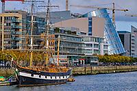 République d'Irlande, Dublin, le fleuve Liffey, les docklands, un vieux gréement et le centre convention // Republic of Ireland, Dublin, Liffey river, old boat and The Convention Centre Dublin