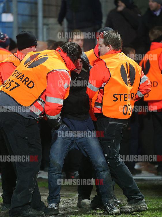 Uroligheder blandt de italienske tilskuere efter kampen.
