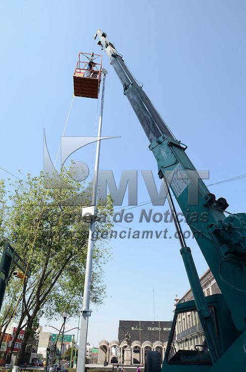Toluca, México.- Trabajadores de una empresa privada realizan la colocacion de antenas y cámaras de seguridad, ésto con el objetivo de tener una mayor seguridad durante el evento de la cumbre líderes de america del norte. Agencia MVT / Arturo Hernández S.