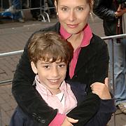 NLD/Amsterdam/20060626 - Premiere Over the Edge, Elle van Rijn en zoon David