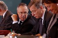 15 JAN 2003, BERLIN/GERMANY:<br /> Hans Eichel (L), SPD, Bundesfinanzminister, und Wolfgang Clement (R), SPD, Bundeswirtschaftsminister,  im Gespraech, am Kabinettstisch, vor Beginn der Kabinettsitzung, Bundeskanzleramt<br /> IMAGE: 20030115-01-012<br /> KEYWORDS: Kabinett, Sitzung, Gespräch