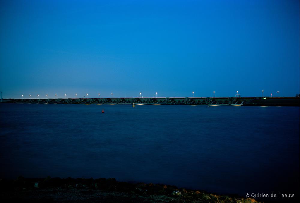 De Haringvlietdam, het zesde bouwwerk van de Deltawerken. Goeree-Overflakkee, Zuid Holland.