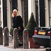 Linda de Mol bij haar woning in Loenen