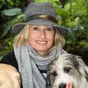 NLD/Blaricum/20191004 - Lancering hondenmerk Kluif van Rosanna Kluivert, Anouk Smulders met haar hond