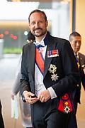 De Japanse keizer Naruhito heeft officieel de troon aanvaard en de belofte afgelegd dat hij zijn plicht als symbool van de staat zal vervullen. De 59-jarige Naruhito deed dat in een eeuwenoude ceremonie in de belangrijkste zaal van het keizerlijke paleis in Tokio in aanwezigheid van staatshoofden en gasten uit meer dan 180 landen.<br /> <br /> The Japanese emperor Naruhito has officially accepted the throne and made the promise that he will fulfill his duty as a symbol of the state. The 59-year-old Naruhito did that in an ancient ceremony in the main hall of the Imperial Palace in Tokyo in the presence of heads of state and guests from more than 180 countries.<br /> <br /> Op de foto / On the photo:  Kroonprins Haakon van Noorwegen / Crown Prince Haakon of Norway