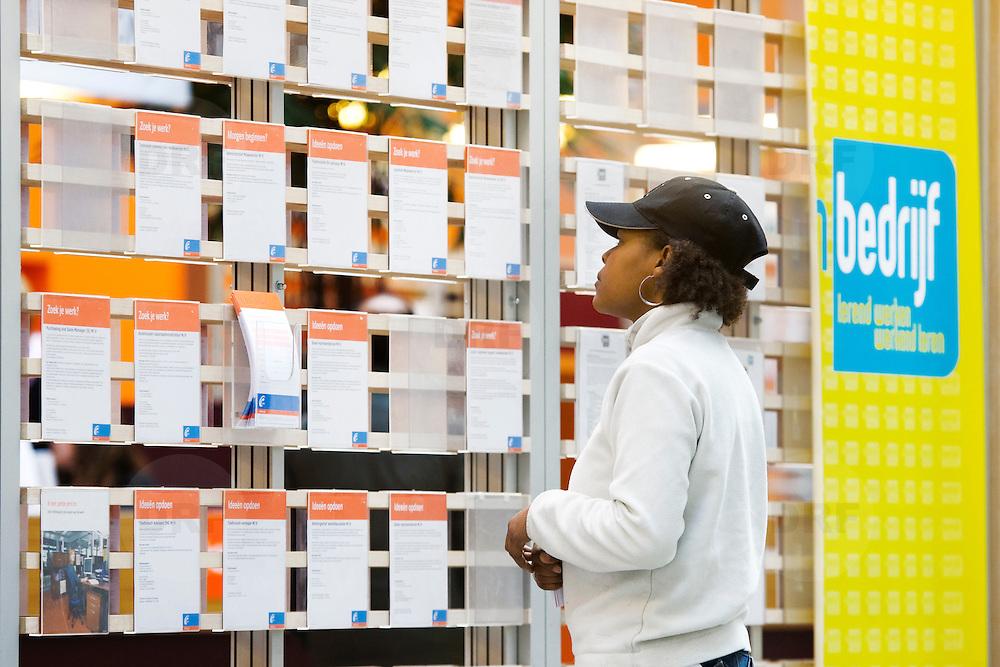 Nederland Rotterdam 26-03-2009 20090326 Foto: David Rozing ..Serie UWV, Serie UWV, allochtone vrouw bekijkt  vacatures. UWV Werkbedrijf lokatie Schiekade centrum Rotterdam, de vroegere arbeidsbureaus ( CWI UWV ) De werkloosheid in Nederland begint op te lopen. Dat blijkt uit de jongste cijfers die het Centraal Bureau voor de Statistiek (CBS) de oorzaak is de krediet crisis Holland, The Netherlands, dutch, Pays Bas, Europe,  , allochtoon, allochtone, vrouw, meid, jonge, jonge,  allochtonen, , economische, financien, financiele, krimp, krimpen, nederlandse, economy..Foto: David Rozing