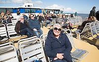 HARLINGEN  - Passagiers op het dek van de Vlieland Veerboot  van Rederij Doeksen . Op de achtergrond Harlingen.  COPYRIGHT KOEN SUYK