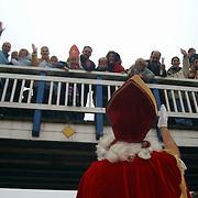 Intocht Sinterklaas 2002 Huizen, brug