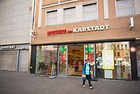 DEU, Deutschland, Germany, Berlin, 18.03.2020: Eine Kundin mit Atemschutzmaske besucht eine Apotheke auf dem Kurfürstendamm. Auswirkungen der Pandemie, Coronavirus (Covid-19), Corona auf das öffentliche Leben in Berlin.