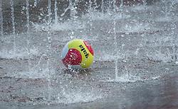 17-06-2016 NED: Beachvolleybaltoernooi eredivisie, Amsterdam<br /> Op het Mercatorplein in Amsterdam gaan de beachers uit de eredivisie van start / Gala bal in de fontein, regen water item