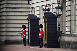© Licensed to London News Pictures. 04/05/2017. London, UK. Members of the Queens Guard on duty at Buckingham Palace, the home of Queen Elizabeth II, where an emergency meeting of staff has reportedly been called. An announcement by the Palace is is expected this morning.  Photo credit: Ben Cawthra/LNP