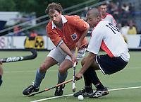 Hockey Europacup voor Landskampioenen (mannen).<br />Bloemendaal-Western (Schotland). Teun de Nooijer (l) in duel met de Western-verdediger Sewnauth