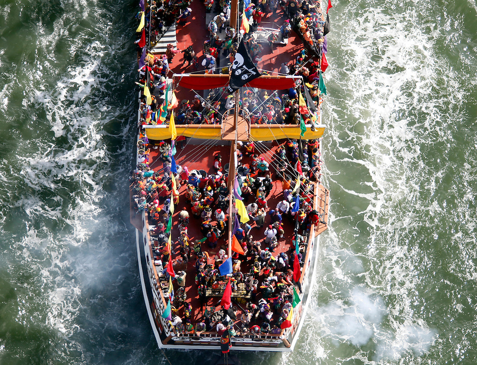 2/7/09- Tampa,FL.-Boats invade the channel in Tampa during the invasion of Gasparilla Saturday. (Scott Iskowitz/ The Tampa Tribune) .