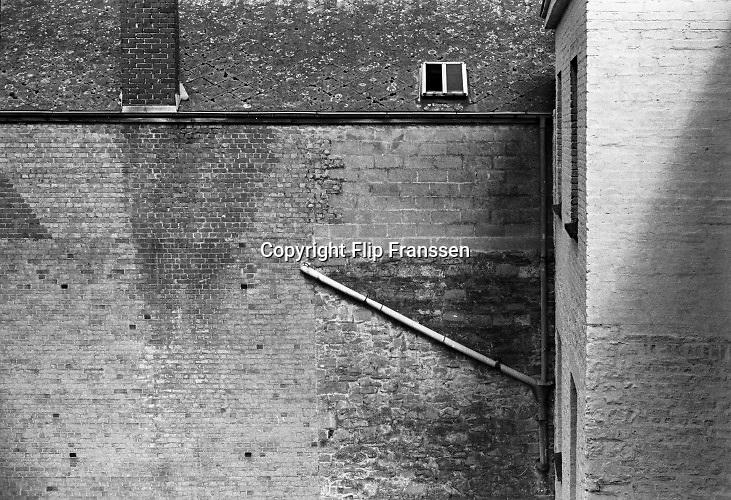 Belgie, mei 1988Serie in het kader van het project 24 uur Belgie . Beelden van het dominicanenklooster van Dendermonde, een brioloft in het gemeentehuis, vietnamese vluchtelingen, duivenvereniging van Westerlo, cinay,happart,voerstreek,