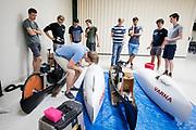 Teamleden bekijken de nieuwe Varna, een van de concurrenten. Het Human Power Team Delft en Amsterdam (HPT), dat bestaat uit studenten van de TU Delft en de VU Amsterdam, is in Amerika om te proberen het record snelfietsen te verbreken. In Battle Mountain (Nevada) wordt ieder jaar de World Human Powered Speed Challenge gehouden. Tijdens deze wedstrijd wordt geprobeerd zo hard mogelijk te fietsen op pure menskracht. Het huidige record staat sinds 2015 op naam van de Canadees Todd Reichert die 139,45 km/h reed. De deelnemers bestaan zowel uit teams van universiteiten als uit hobbyisten. Met de gestroomlijnde fietsen willen ze laten zien wat mogelijk is met menskracht. De speciale ligfietsen kunnen gezien worden als de Formule 1 van het fietsen. De kennis die wordt opgedaan wordt ook gebruikt om duurzaam vervoer verder te ontwikkelen.<br /> <br /> The Human Power Team Delft and Amsterdam, a team by students of the TU Delft and the VU Amsterdam, is in America to set a new world record speed cycling.In Battle Mountain (Nevada) each year the World Human Powered Speed Challenge is held. During this race they try to ride on pure manpower as hard as possible. Since 2015 the Canadian Todd Reichert is record holder with a speed of 136,45 km/h. The participants consist of both teams from universities and from hobbyists. With the sleek bikes they want to show what is possible with human power. The special recumbent bicycles can be seen as the Formula 1 of the bicycle. The knowledge gained is also used to develop sustainable transport.