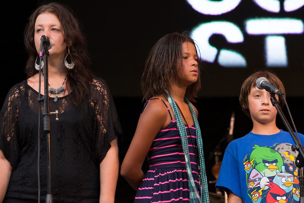 Annie Guthrie and two of Arlo's grandchildren, who joined the family on stage for a few songs.