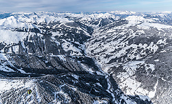 THEMENBILD - ein Heissluftballon über dem Glemmtal mit den umliegenden Bergen und Skipisten, aufgenommen am 5. Feber 2018 in Zell am See - Kaprun, Österreich // A hot-air balloon over the Glemmtal with the surrounding mountains and ski slopes , Zell am See Kaprun, Austria on 2018/02/05. EXPA Pictures © 2018, PhotoCredit: EXPA/ JFK
