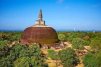 Sri Lanka, province du Centre-Nord, cité historique de Polonnaruwa, classée au Patrimoine Mondial de l'UNESCO, stupa et dagoba Rankot Vihara, vue aerienne // Sri Lanka, Ceylon, North Central Province, ancient city of Polonnaruwa, UNESCO World Heritage Site, Rankot Vihara, aerial view