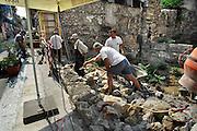 Griekenland, Athene, 5-7-2008Bouwvakkers bezig met het maken van een muurtje bij een open plek in de Plaka. Er heeft hier een oud huis gestaan en voor er een nieuw gebouw komt wordt eerst archeologisch onderzoek gedaan.Werk,arbeid,bouw,warm.Builders making a stone wall at an open spot in the Plaka.In the past there was an old house at this place, and before builing a new one archeological survey is done.Foto: Flip Franssen