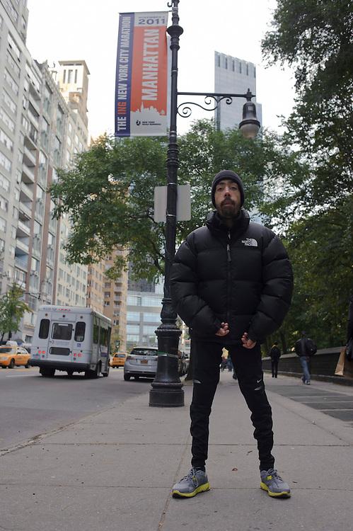 Maickel Melamed posa adelante de un anuncio del Maratón de NY 2011 en el cual va a participar.