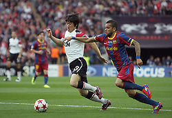 28.05.2011, Wembley Stadium, London, ENG, UEFA CHAMPIONSLEAGUE FINALE 2011, FC Barcelona (ESP) vs Manchester United (ENG), im Bild Park Ji-Sung of Manchester Utd and Barcelona's Dani Alves   during  the UEFA  Champions League Final between Barcelona and Manchester United at the Wembley Stadium  in London    on 28/05/2011, EXPA Pictures © 2011, PhotoCredit: EXPA/ IPS/ M. Pozzetti *** ATTENTION *** UK AND FRANCE OUT!