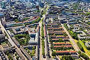 Nederland, Zuid-Holland, Rotterdam, 15-07-2012; strokenbouw tussen Goudse singel (li), Warande (re). In het midden - met rode daken - Meenthof en Pannekoekstraat, onderdeel van de  Oostelijke binnenstad, als eerste herbouwd na het bombardement van 1940. De brandgrens loopt hier  doorheen. Row housing in Rotterdam, the first houses built after the bombing of 1940...luchtfoto (toeslag), aerial photo (additional fee required).foto/photo Siebe Swart