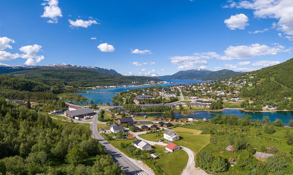 Luftfoto som viser Straumen, et tettsted og administrasjonssenteret i Sørfold kommune i Nordland.
