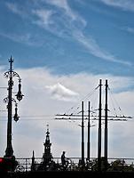 AMSTERDAM - Waar de Sarphatistraat de Amstel overgaat, ligt de in Parijse stijl versierde beweegbare brug de Hogesluis (brug 246) uit 1883. ANP COPYRIGHT KOEN SUYK
