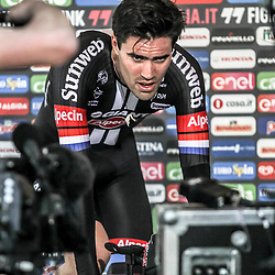 06-05-2016: Wielrennen: Giro: Apeldoorn   <br />APELDOORN (NED) wielrennen      <br />De 99e ronde van Italie is van start gegaan met een tijdrit of 9,8 kilometer door de straten van Apeldoorn. De finishlijn was getrokken op de Loolaan. Tom Dumoulin uitfietsen